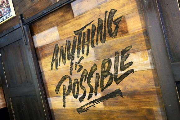 Anything is possible, lema de All Saints Café en una de sus paredes